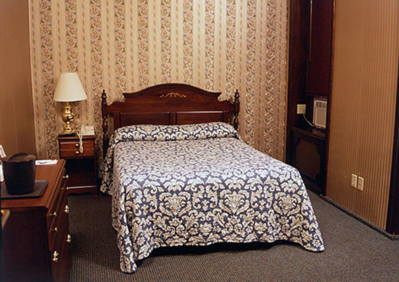 Hotel 17 room with queen bed