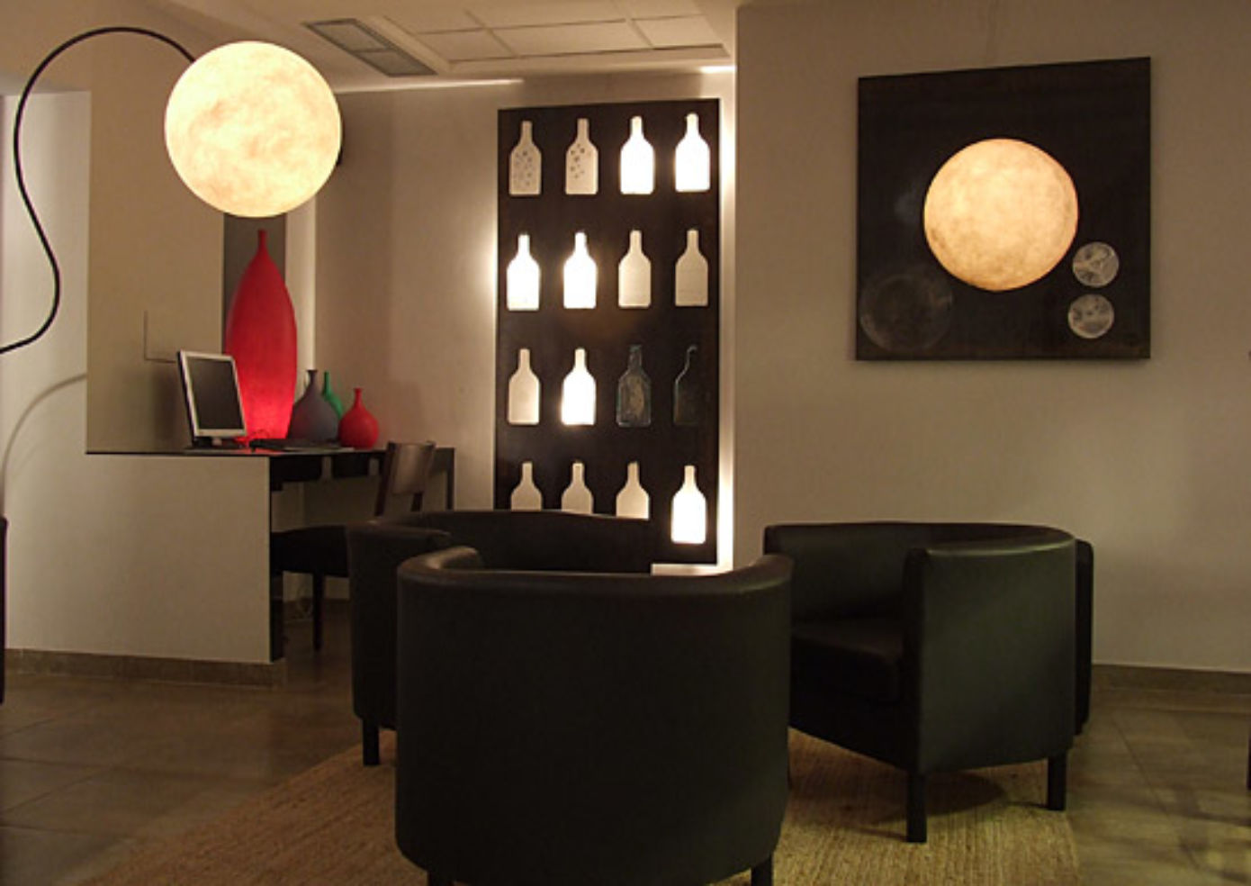Hotel Re di Roma has modern wall art and chairs in a lounge where you can access the Internet for free.