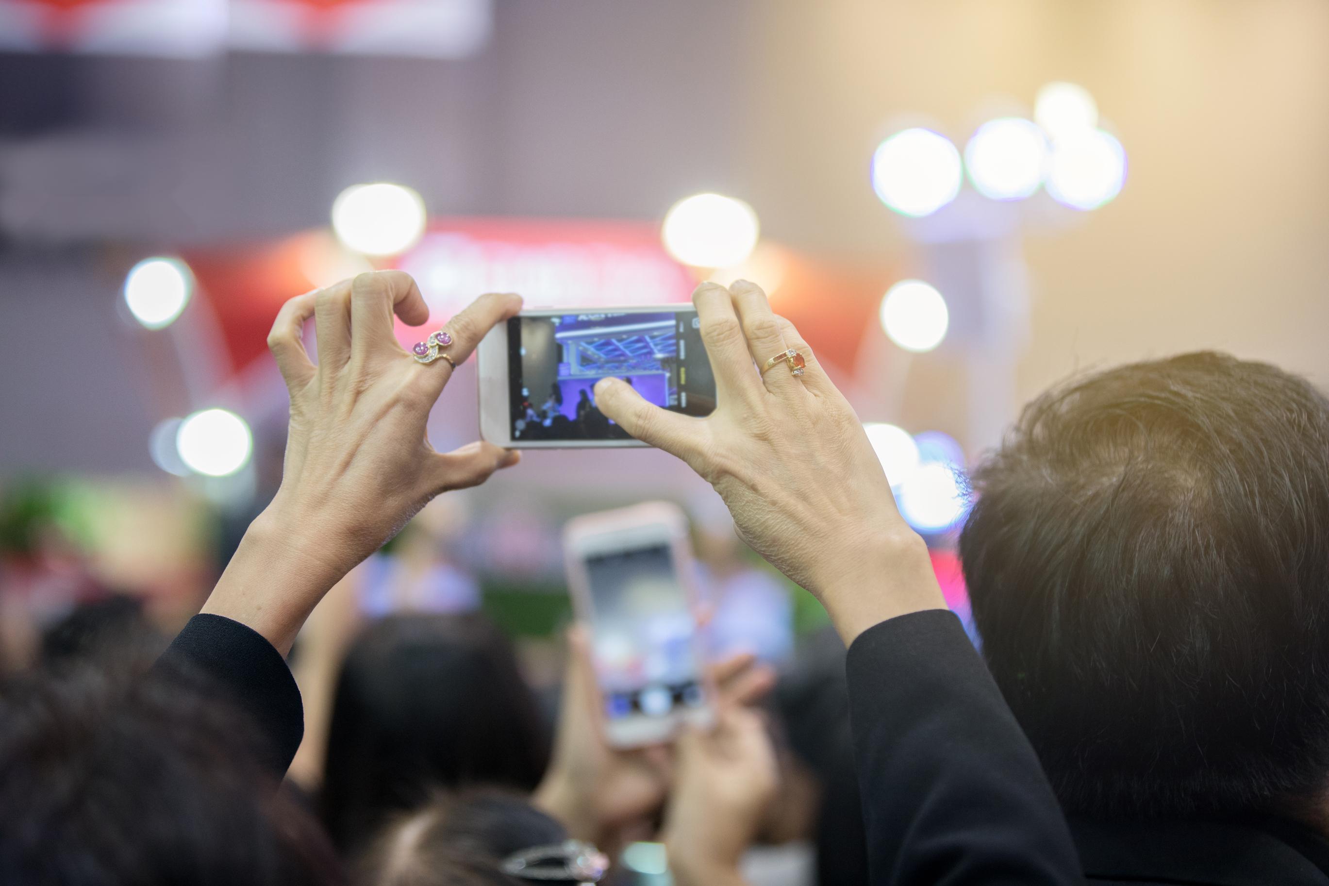 camera-phone-concert.jpg?mtime=20181103081737#asset:103625