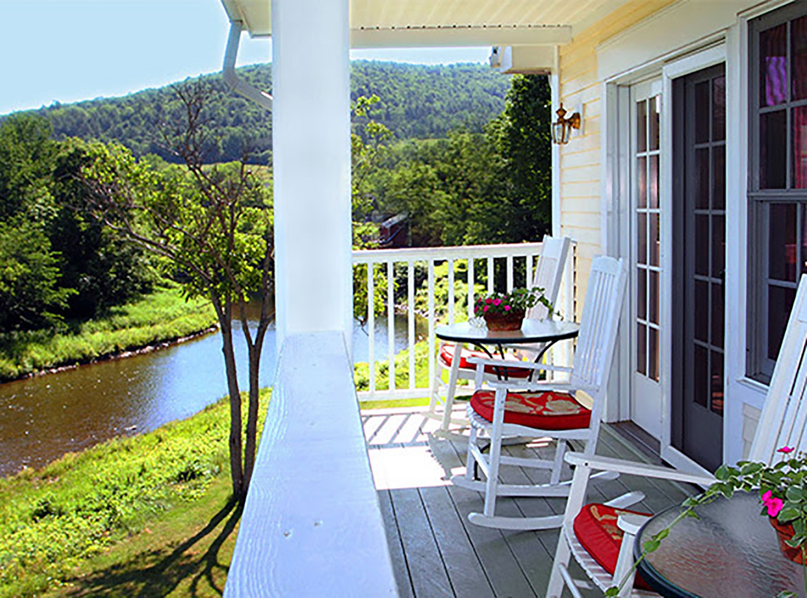the-shire-in-woodstock-vermont_porch-02062017-103149_original.jpg?mtime=20180619122640#asset:102190